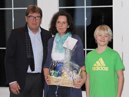 Präsident Wilhelm Muzyczyn mit Doris Dallago und Jugendmitglied Tobias Gorbach