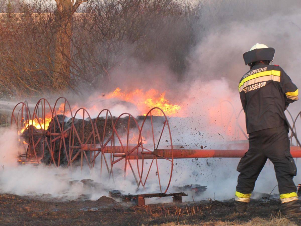 Ein ganzes Feld fing bei Strasshof Feuer.