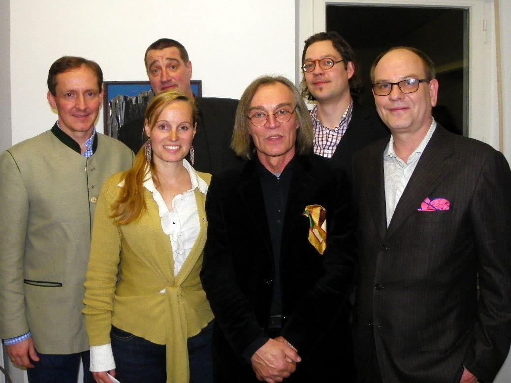 Galerist Florian Werner und Kuratorin Kirsten Helfrich mit den vier Meisterschülern
