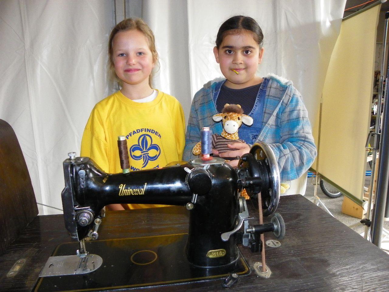 Elena-Sophie und Melda bieten eine Nähmaschine zum Kauf an