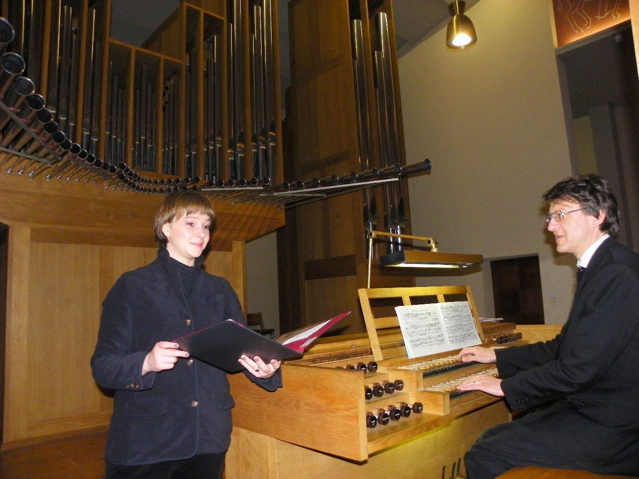 Sopranistin Miriam Feuersinger und Organist Helmut Binder