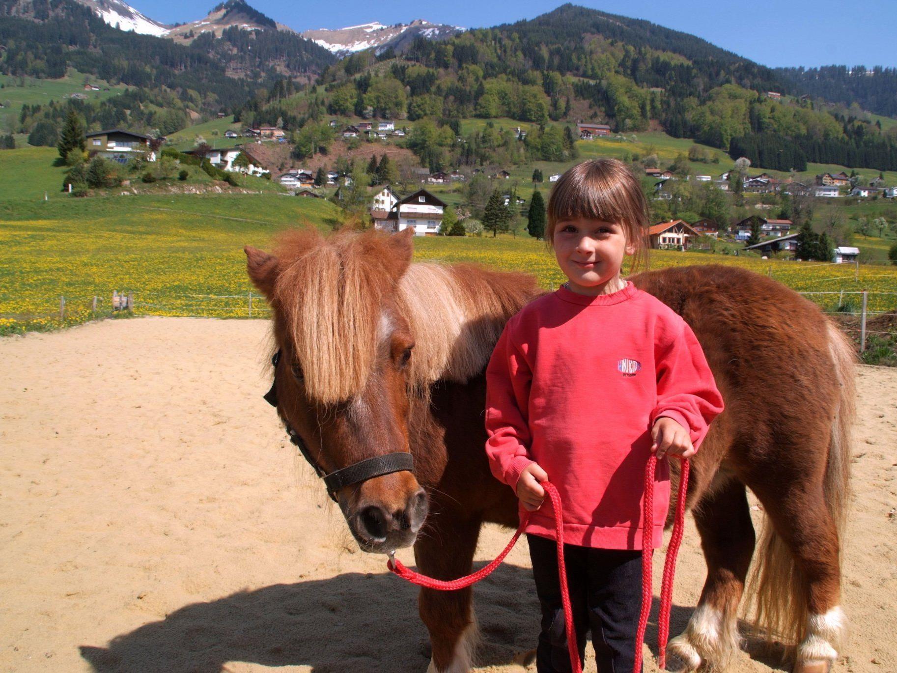 Spaß mit Pferden gibt es am Sonntag am Löwenhof beim Sportplatz in Thüringerberg.