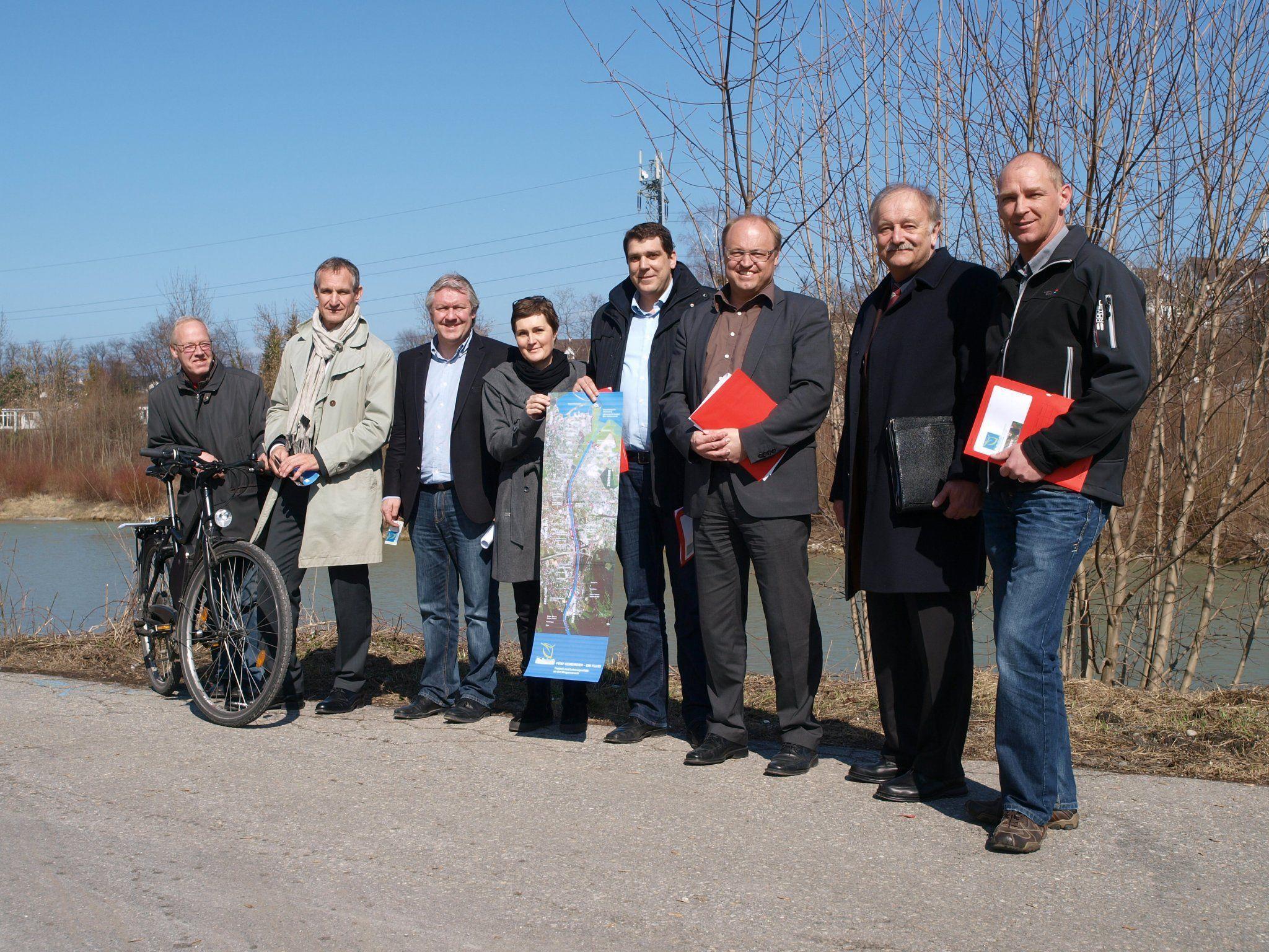 Die Vertreter der 5 Gemeinden bei der Präsentation des neuen Infofolders an der Bregenzerach.