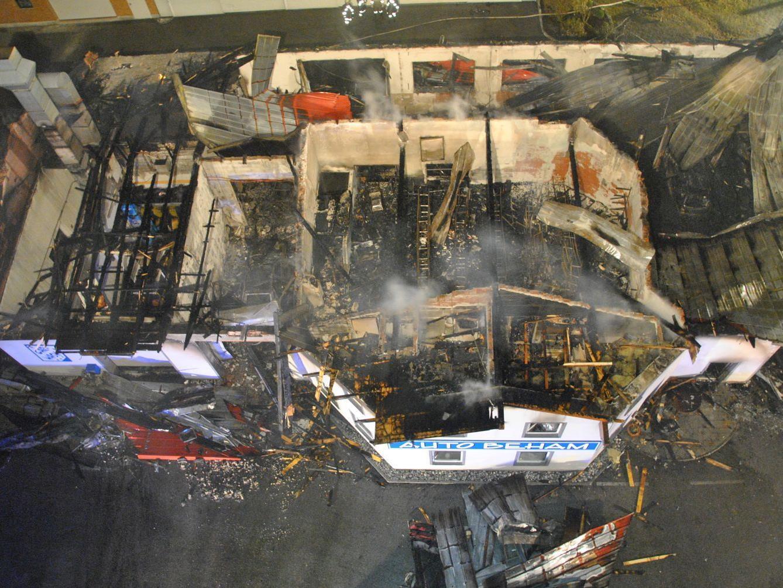 Die Autowerkstatt wurde bei dem Großbrand am Dienstag bis auf ihre Grundmauern zerstört.