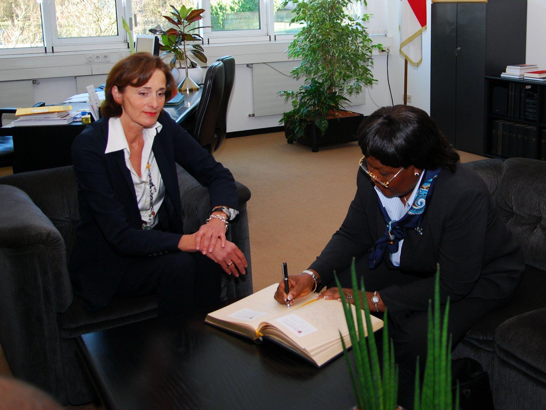 Botschafterin Laose trägt sich ins Goldene Buch des Landtags ein.