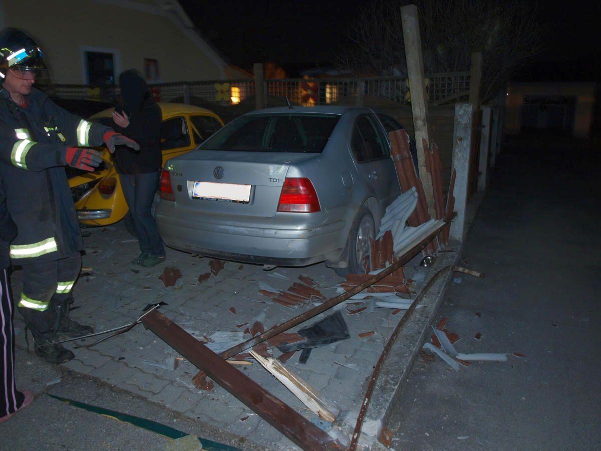 Drei Autos und einen Zaun beschädigte der Fahrer, bevor er sich absetzte