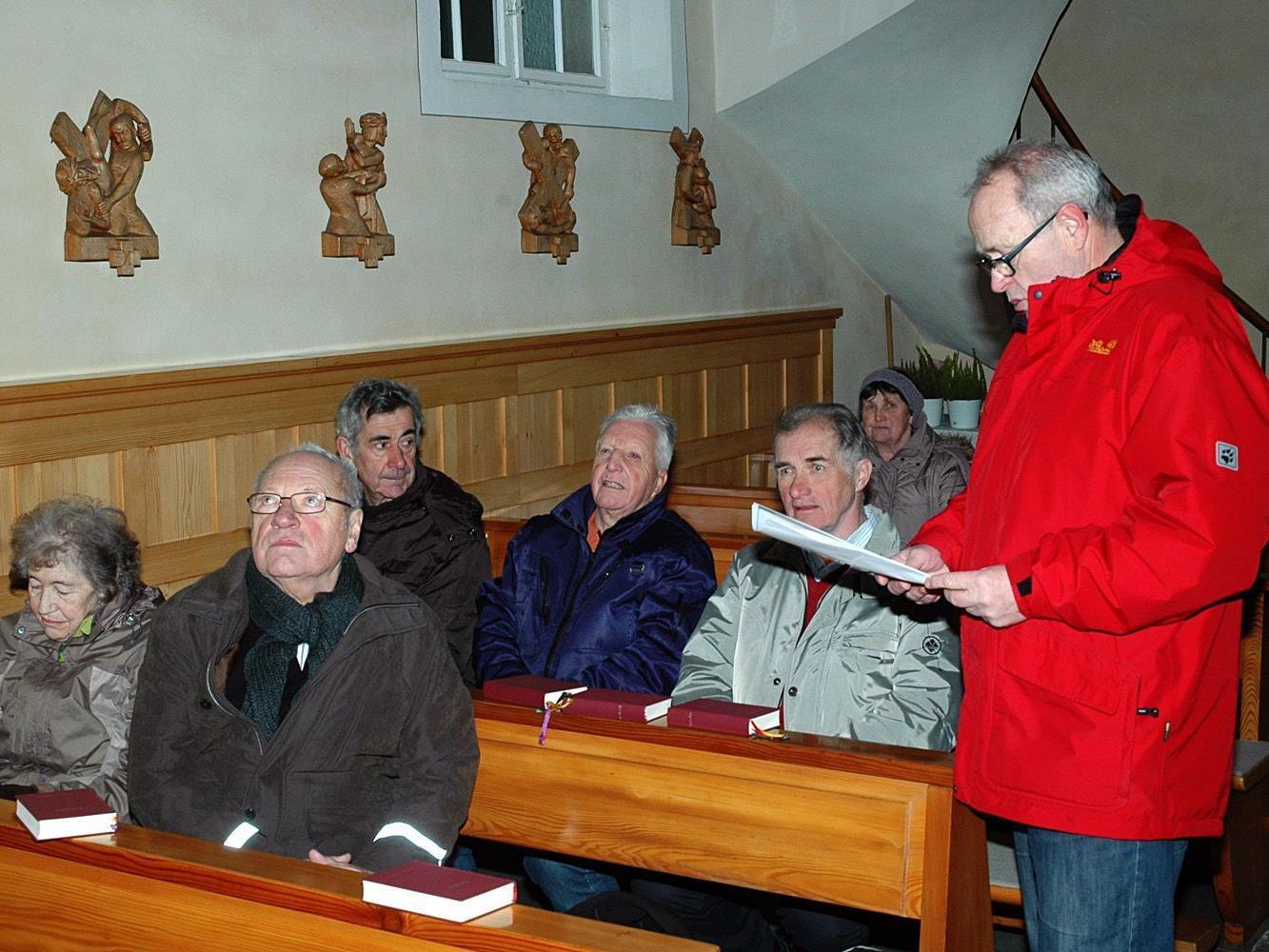 Interessierte Besucher in der Kapelle Kehlen