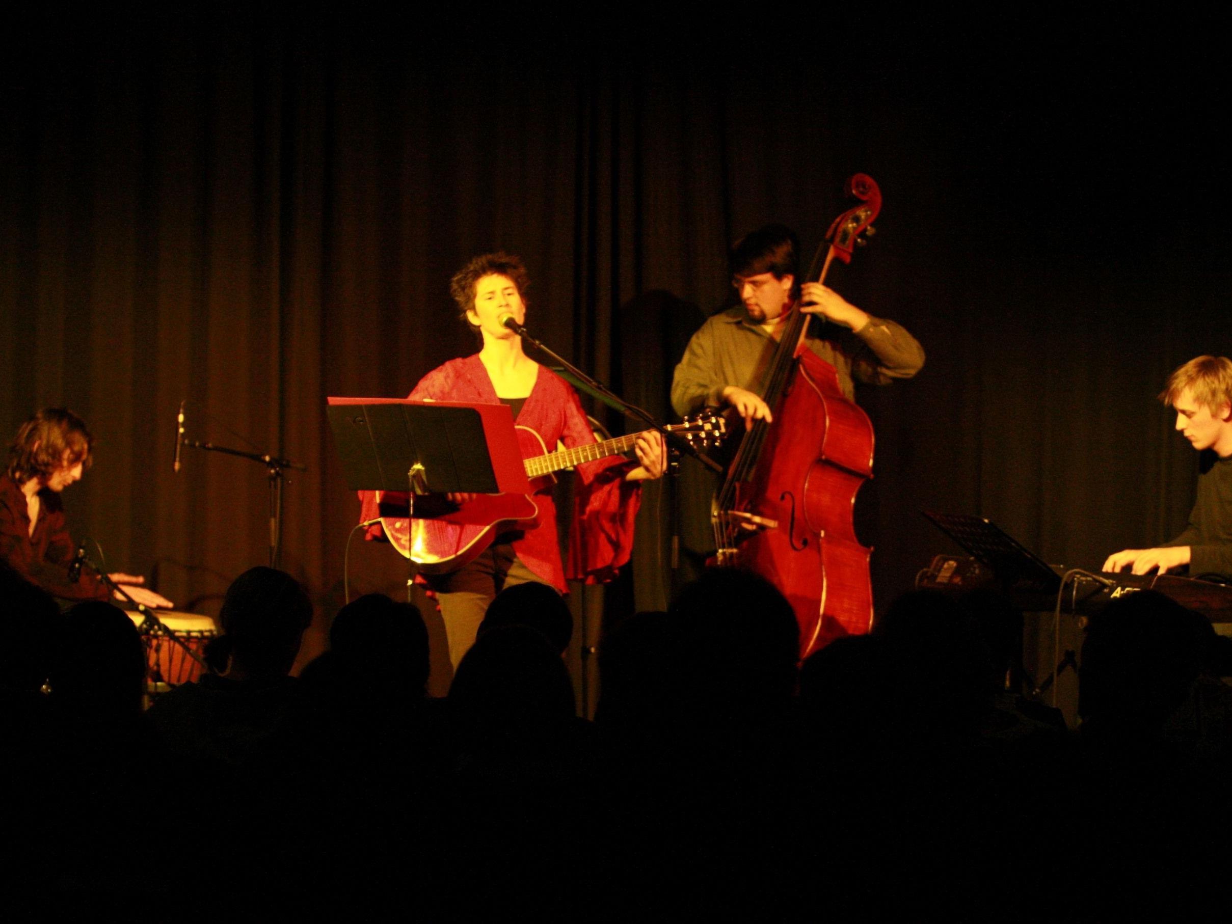 Alice Mansfield spielt mit Band in Bludenzt