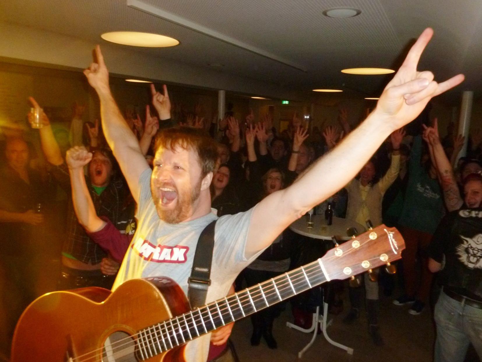 """Jeff Aug feierte im Löwen-Foyer seinen Weltrekord """"9 Konzerte in 9 Ländern in 24 Stunden"""""""