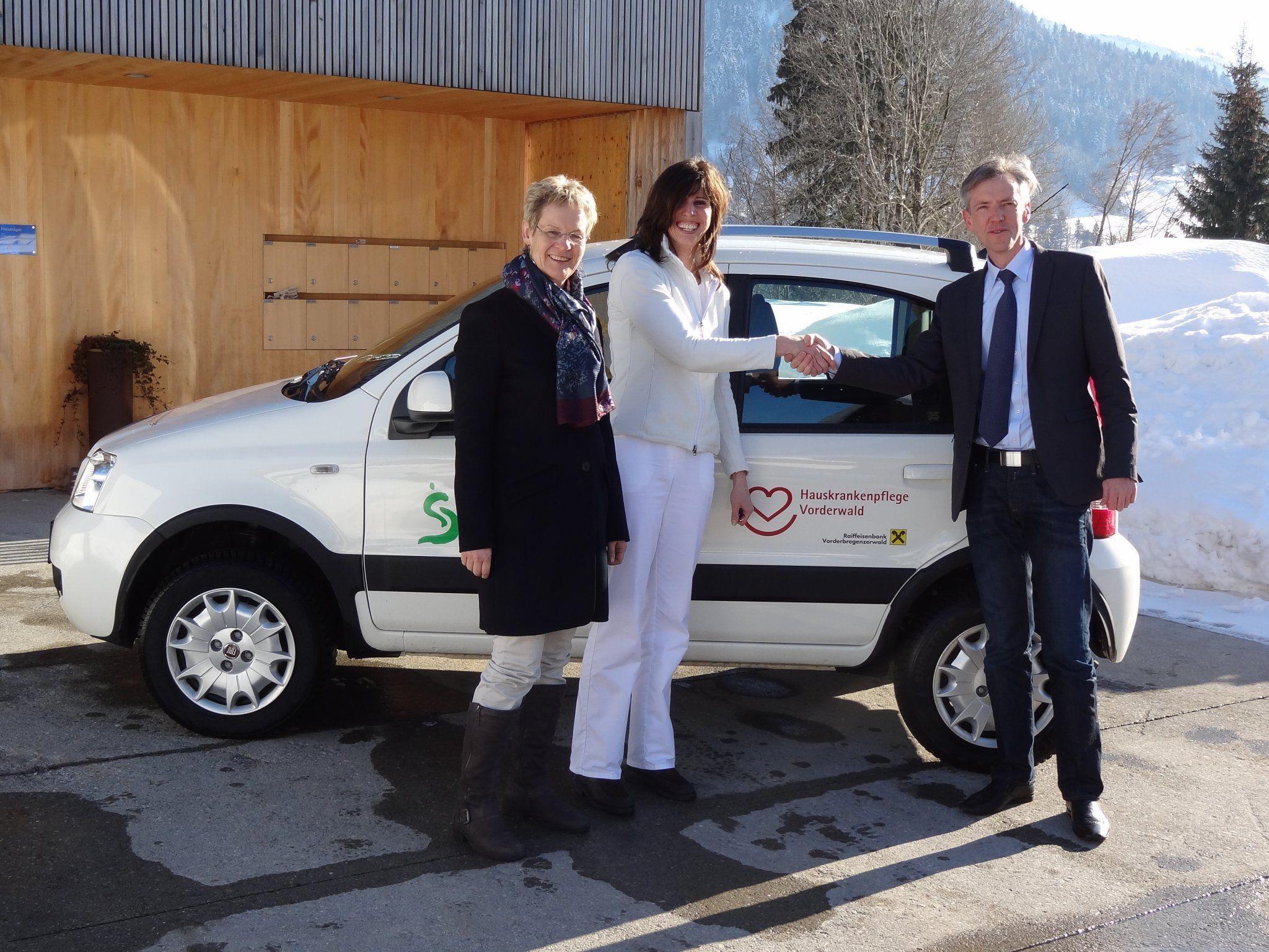Bei der Übergabe: Ingrid Oswald, Verena Huter-Gasser und Gotthard Bilgeri.