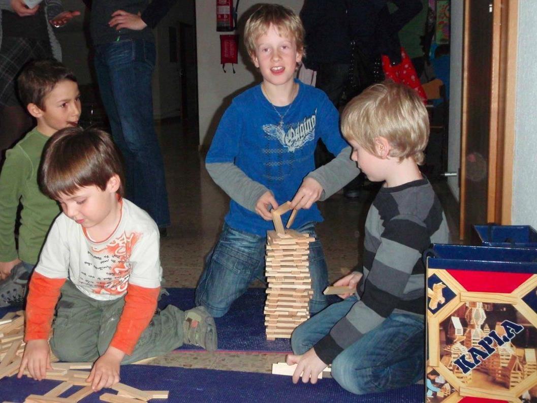 Während die Eltern das formuelle abhandeln, können die Kinder in aller Ruhe basteln und spielen