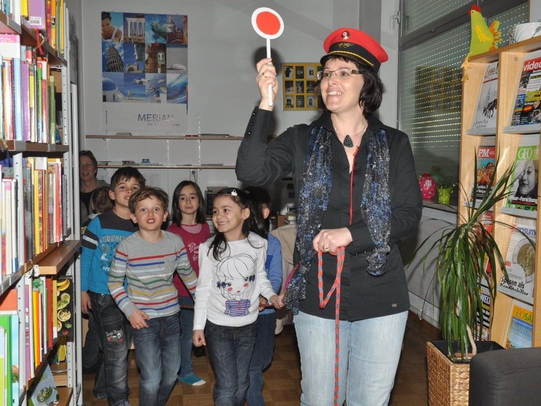 Mit einer abenteuerlichen Zugfahrt lernten die Kindergärtler das Angebot in der Bücherei kennen.