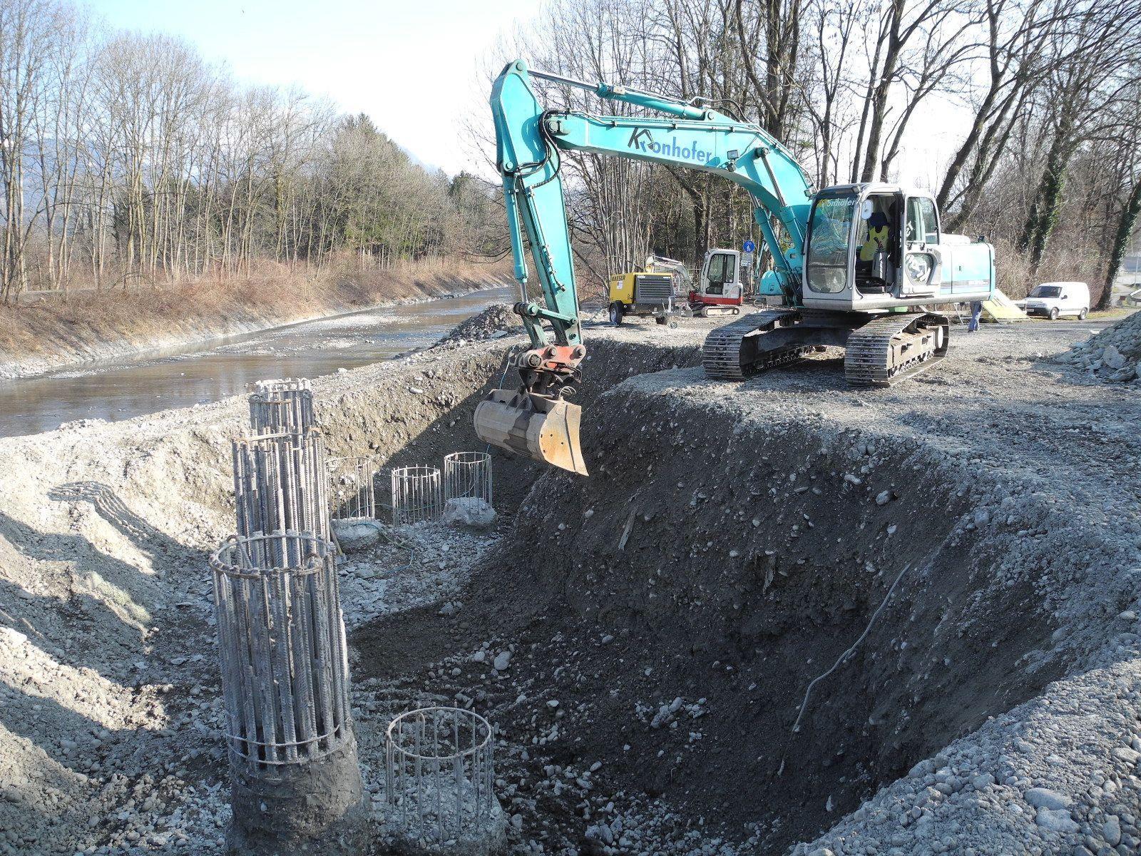 Die aus dem Boden stehenden Bohrpfähle für die neue Frutzbrücke  müssen abgetragen werden