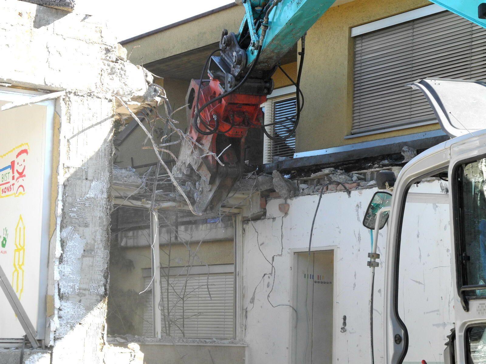 """Mit """"brachialer"""" Gewalt wird das einstige Pfarrgemeindehaus abgebrochen"""