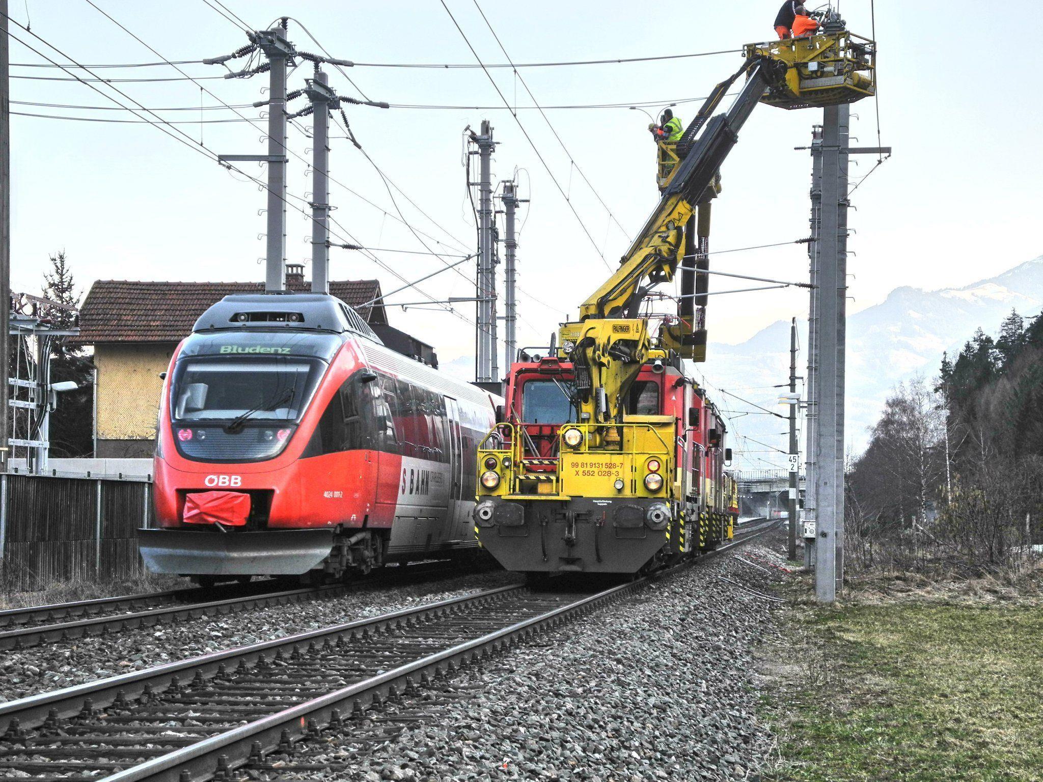 Die letzten Arbeiten zum Anschluß der Oberleitung mit dem ÖBB-Unterwerk in Altenstadt