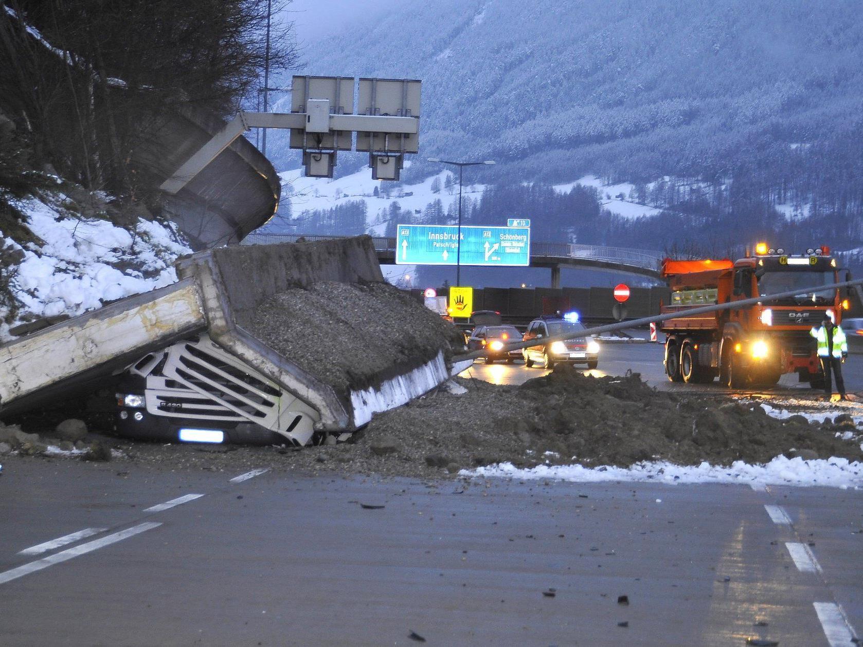 Eine Stützmauer stürzte bei Schönberg auf die A13.