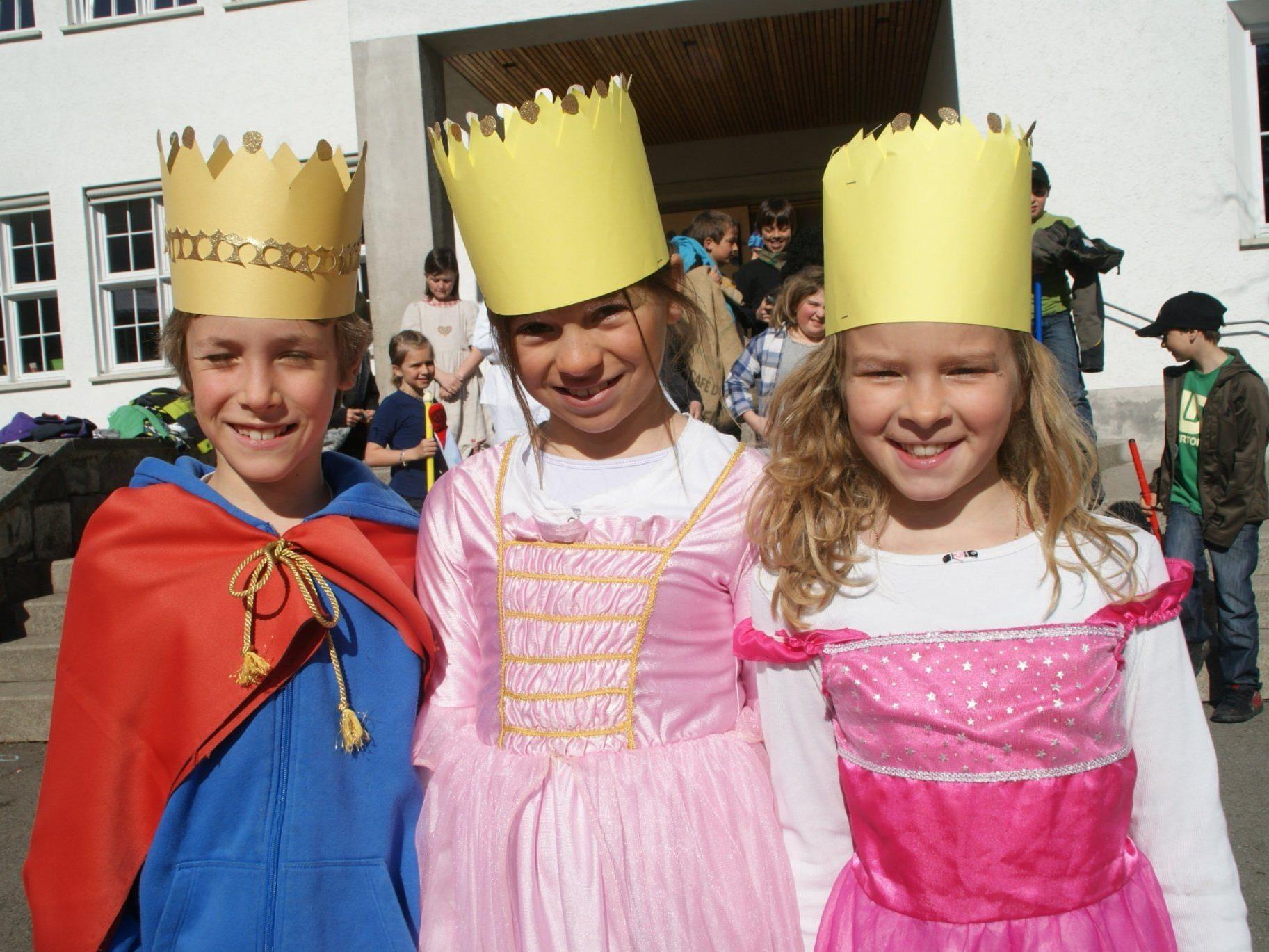 Oliver, Marie und Anne stellten Könige dar.
