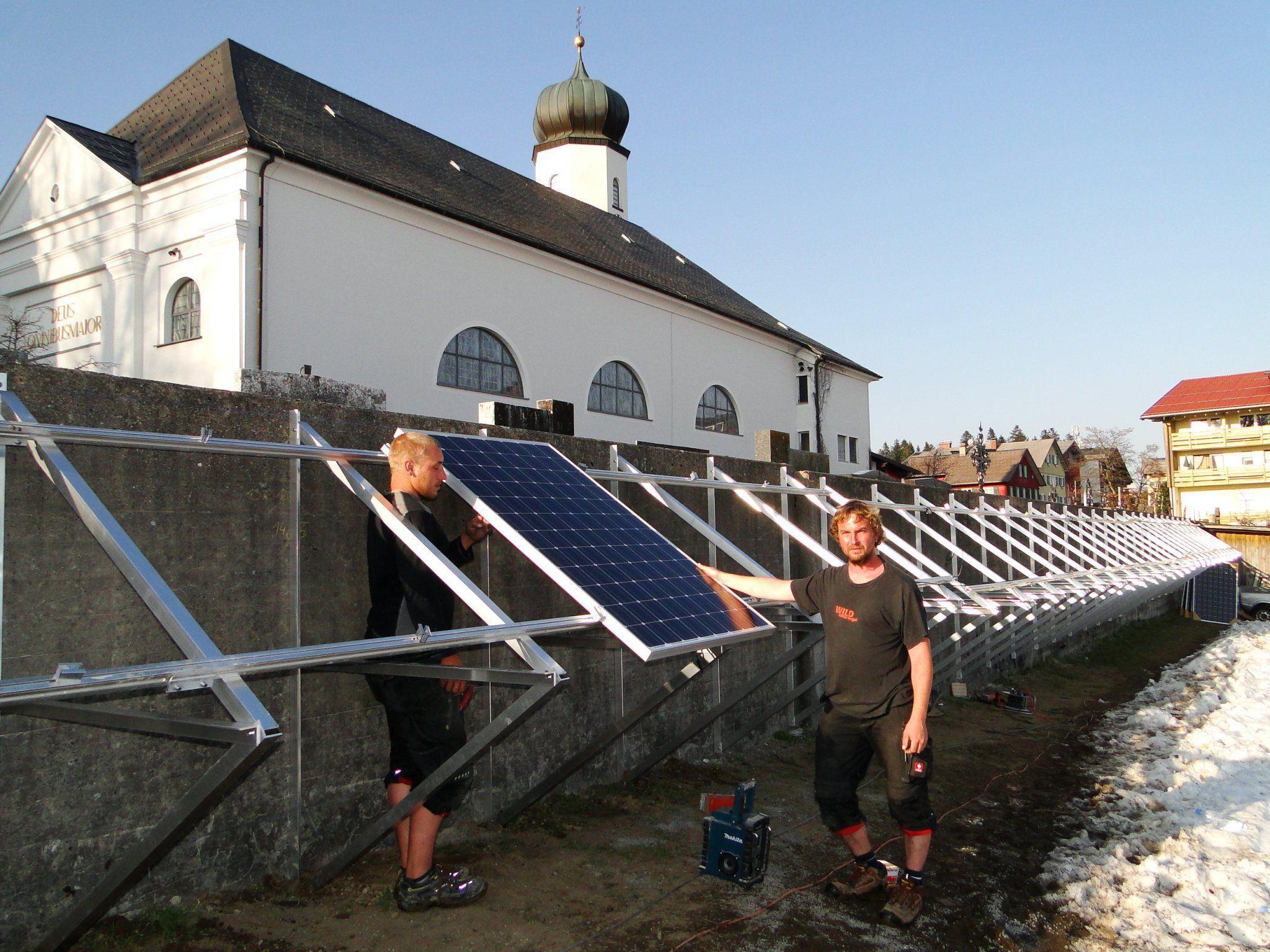Die Montage des ersten von ingesamt 38 Photovoltaik-Elementen an der Friedhofsmauer in Sulzberg.