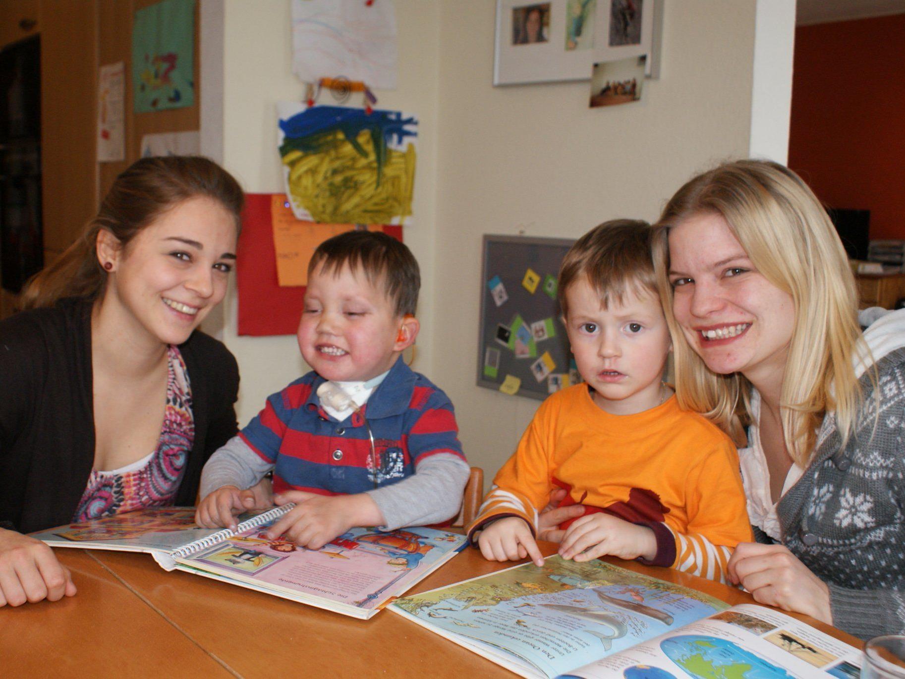 Sarah Koch und Theresa Sommer bei der Spendenübergabe mit dem kleinen Noah und dessen Bruder Aron.