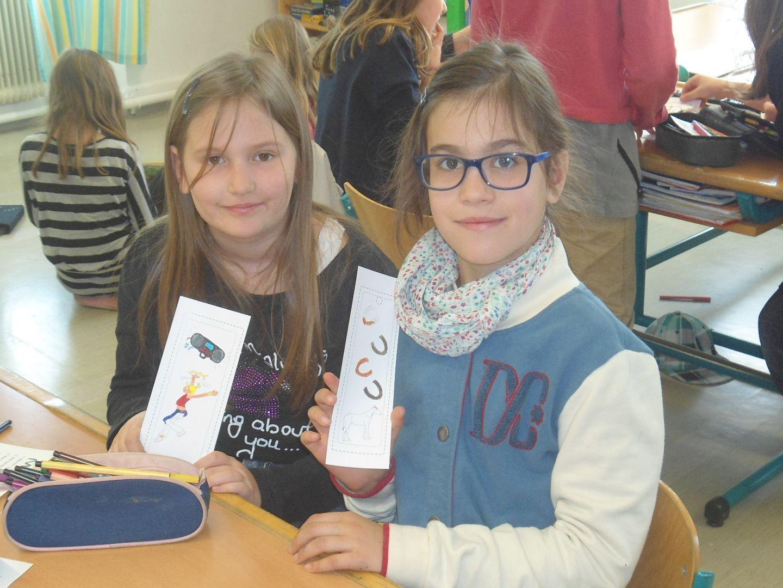 Raphaela und Vera basteln ein Lesezeichen