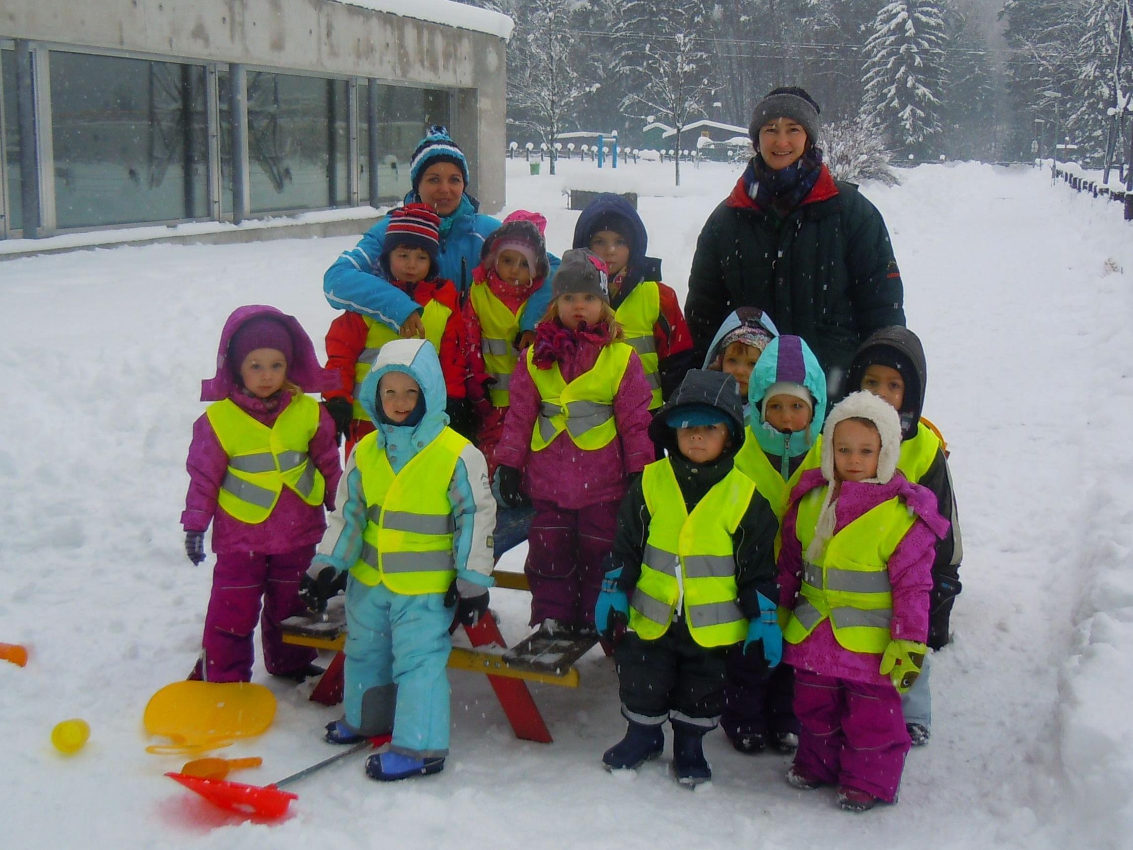 Die Kinder der Spielgruppe mit ihren Betreuerinnen Nicole Dobler und Karin Batlogg