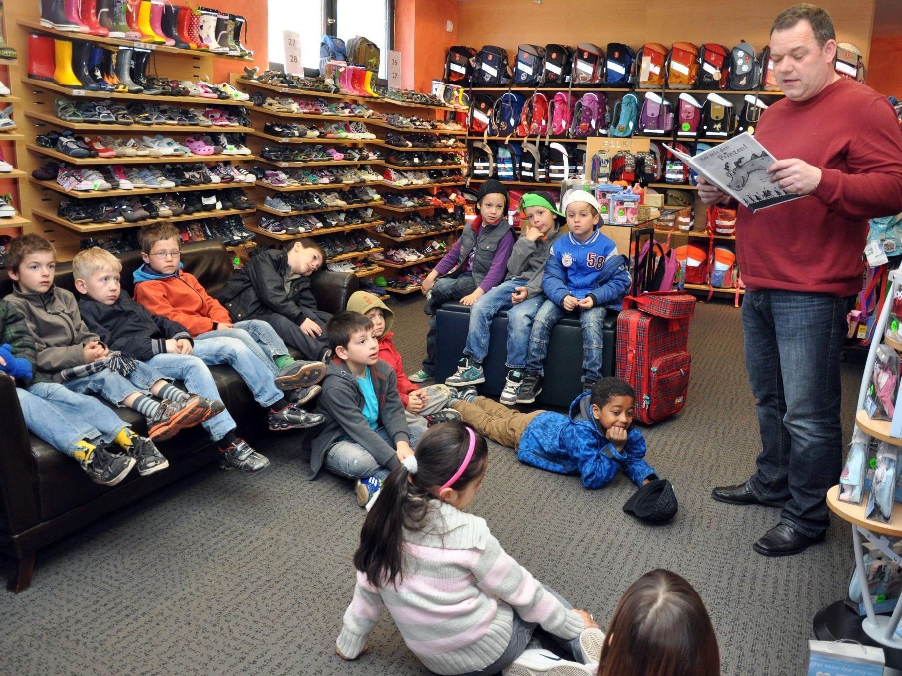 In Haselstauder Geschäften wurde den Volksschülern eine Geschichte vorgelesen.