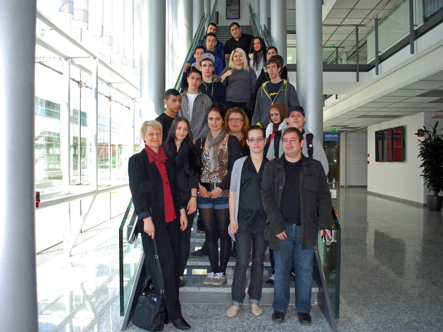 """Zwei Kursgruppen des Qualifizierungsprojekts """"Brücke zur Arbeit"""" besuchten das Medienhaus."""