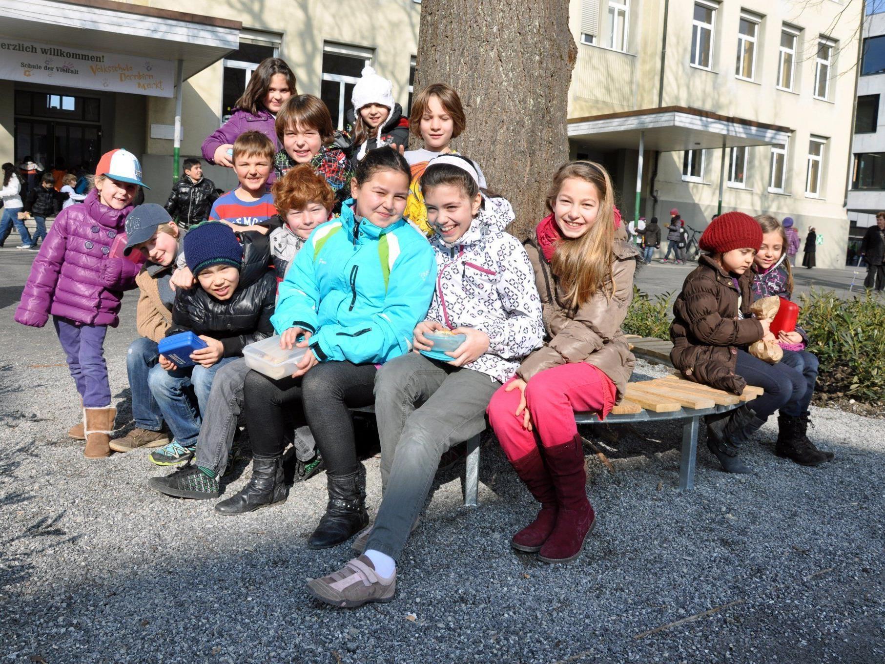 Die Rundbänke unter den Linden wurden von den Schülern begeistert in Betrieb genommen.