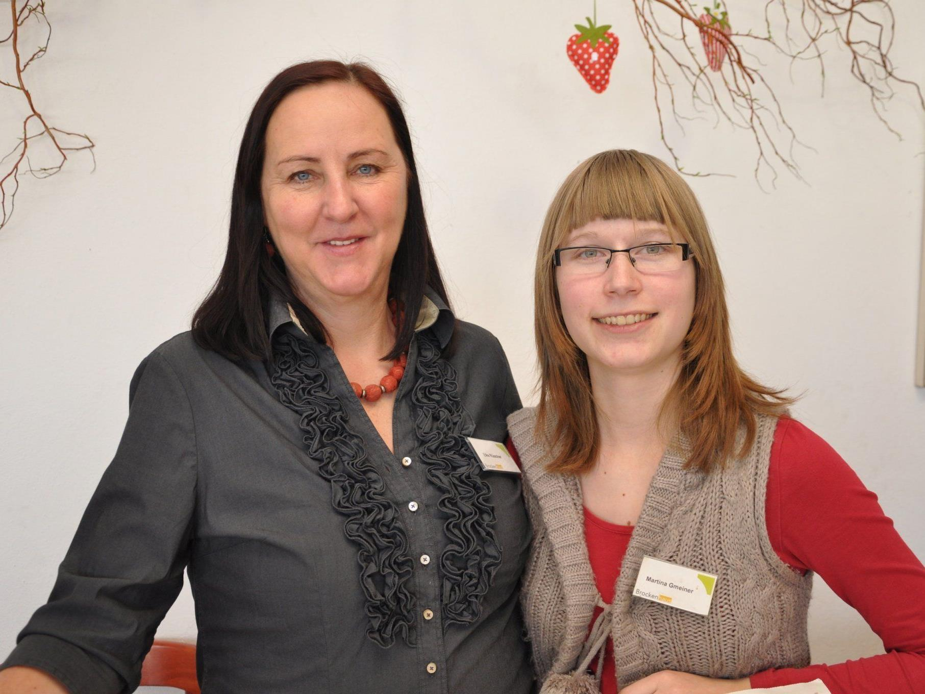 Elke (l.) und Martina bei der Osterausstellung im Brockenhaus Leiblachtal.