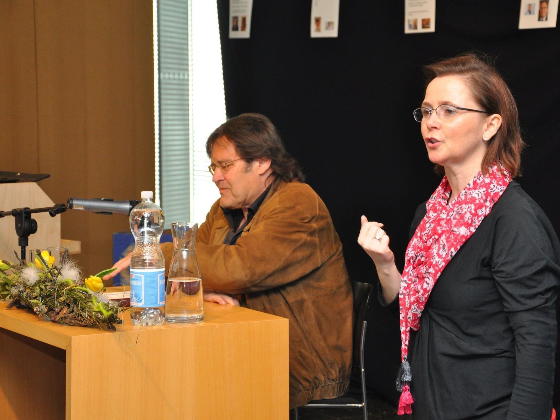 Kurt Sternik liest für die Schülerinnen und Schüler der Mittelschule Wolfurt.