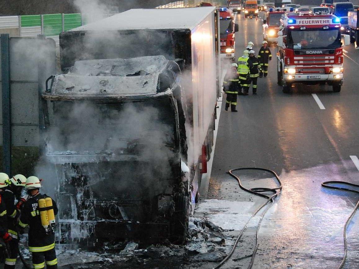 Auf der A21 war am Donnerstag ein mit Fleisch beladender Lkw in Brand geraten.