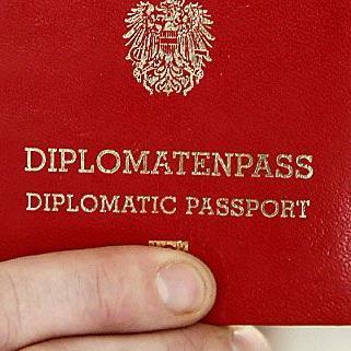 Diplomatenpässe sind sehr begehrt - und nicht immer rechtmäßig im Besitz ihrer Inhaber