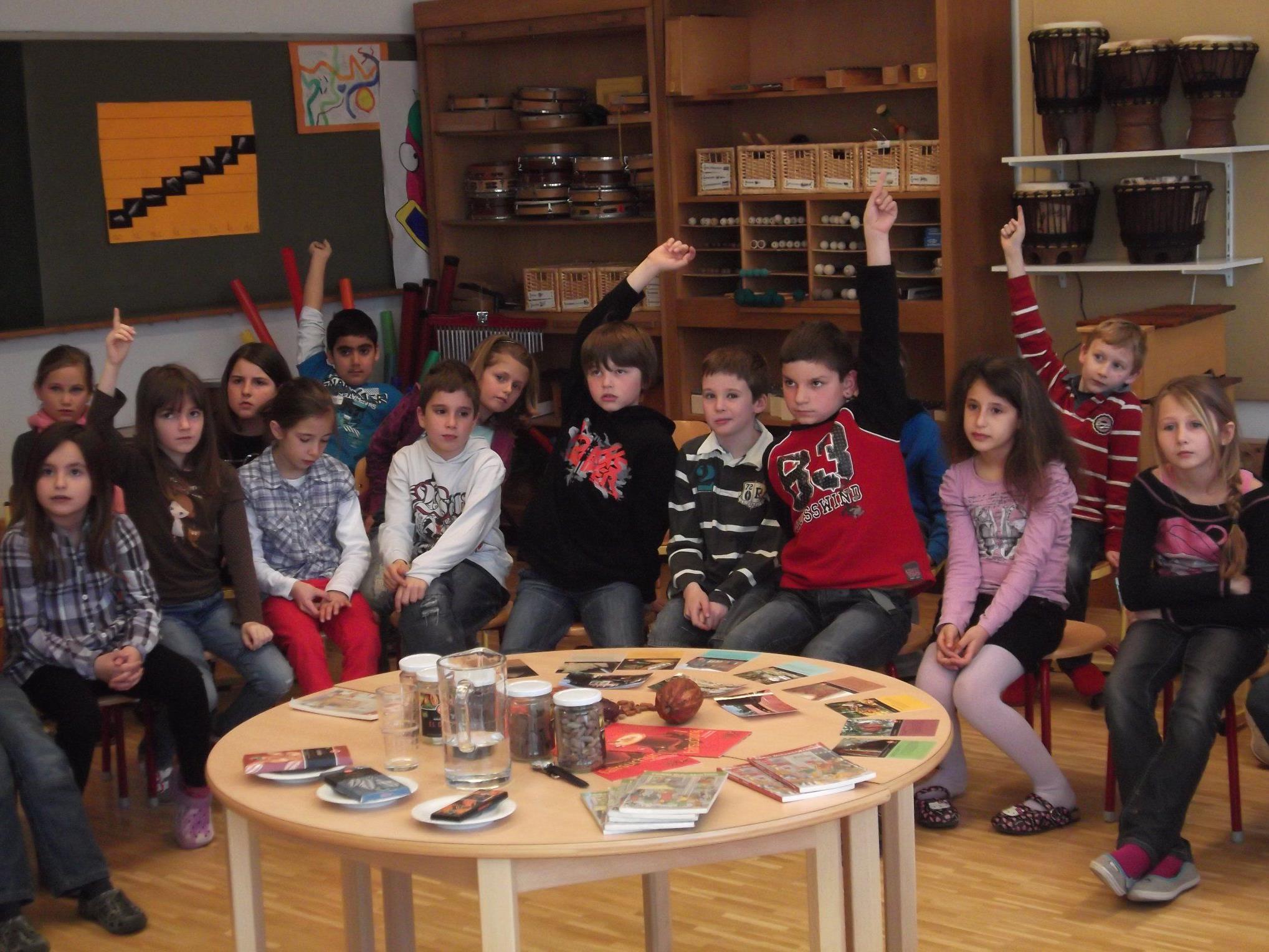 Die Schüler der VS Markt interessierten sich nach der Autorenlesung für Fairtrade Schokoladen