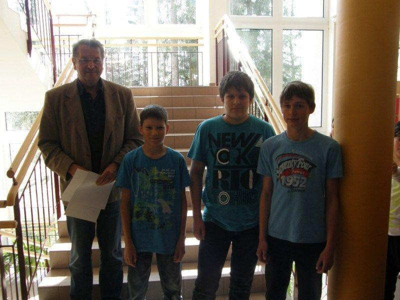 Sascha Nußbaumer (2.v.r.) mit seinen Mitschülern und Direktor Orschulik.