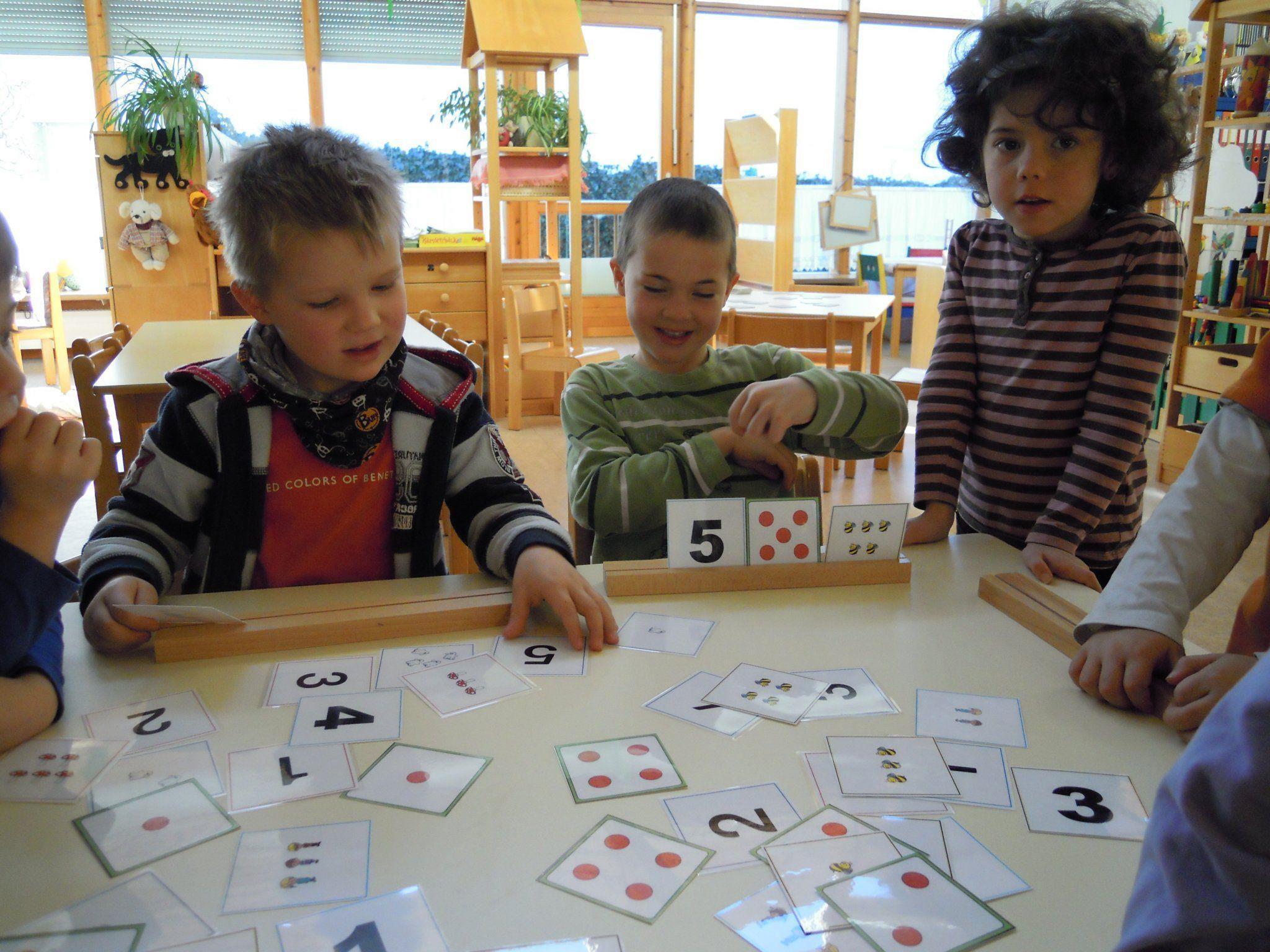 Eifriege Kinder beim entdecken der Zahlen