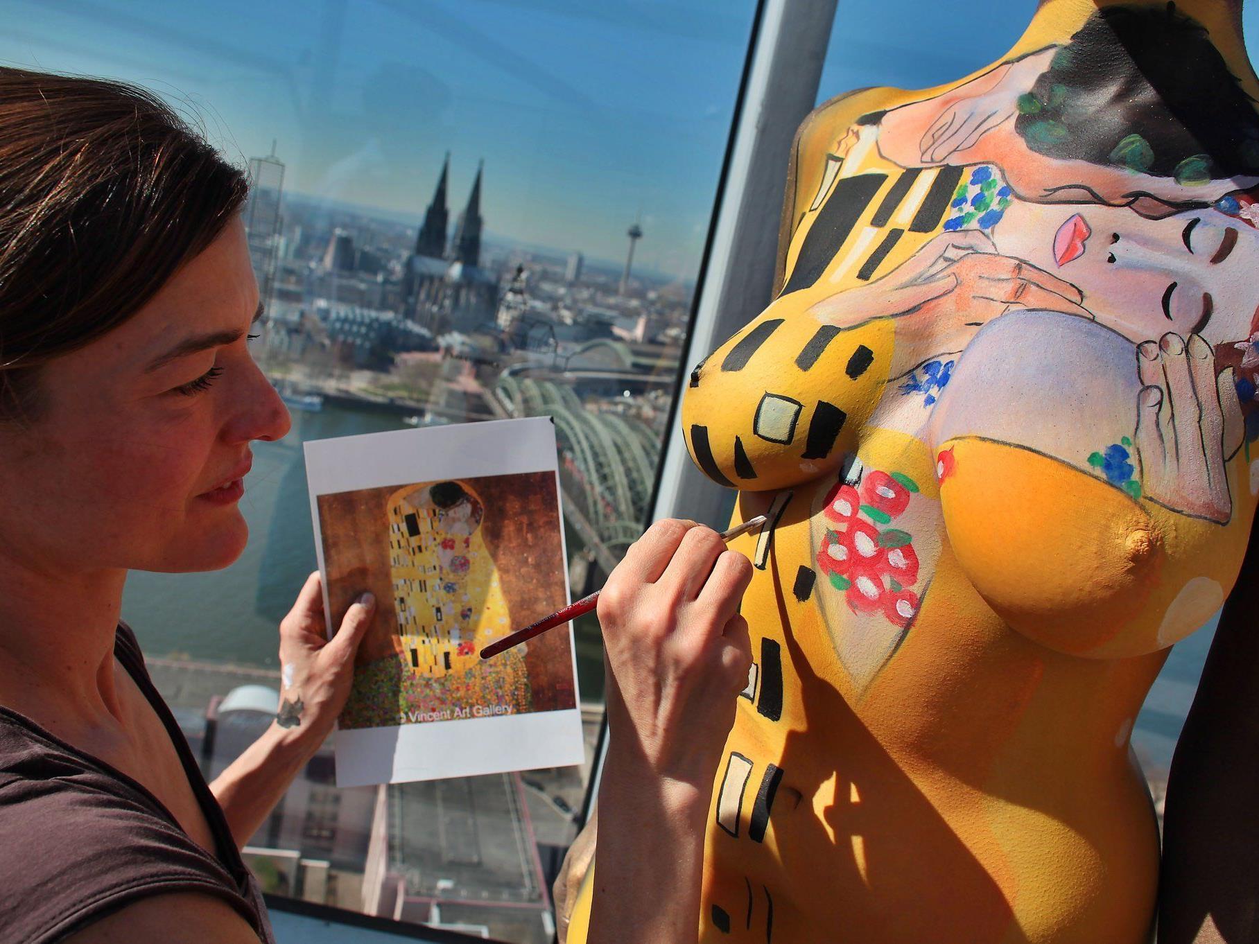 Bodypainting: Kunst von Schiele und Klimt auf nackter Haut.