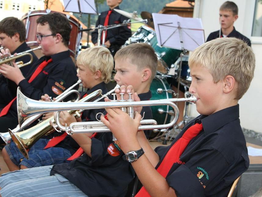 Die Lingenauer Jungmusik umrahmt den Gottesdienst musikalisch.