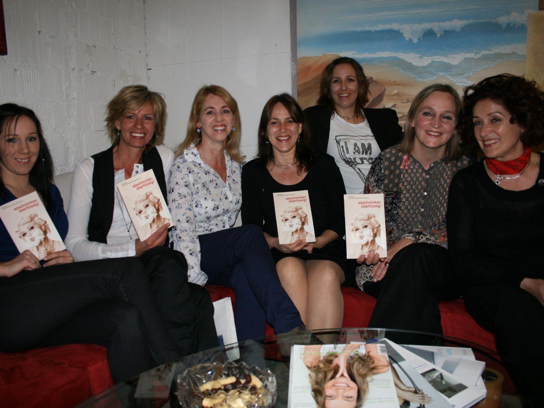 Lesung der Autorinnen der Frauenschreibwerkstatt in der Bibliothek.