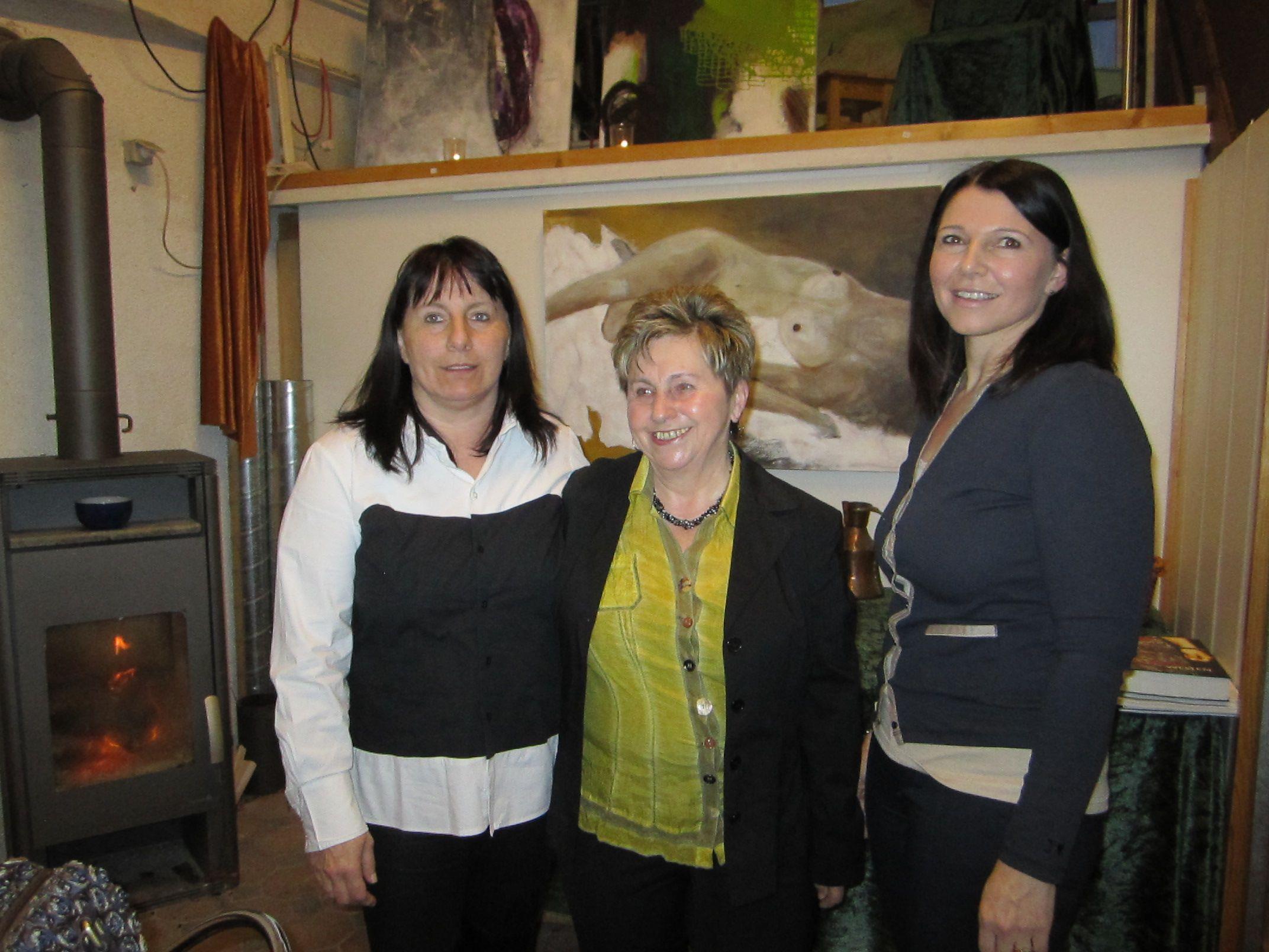 Hausherrin Sonja Köstl mit Künstlerin Gertraud Nagel und Vernissagerednerin Heidi Burda-Schuster