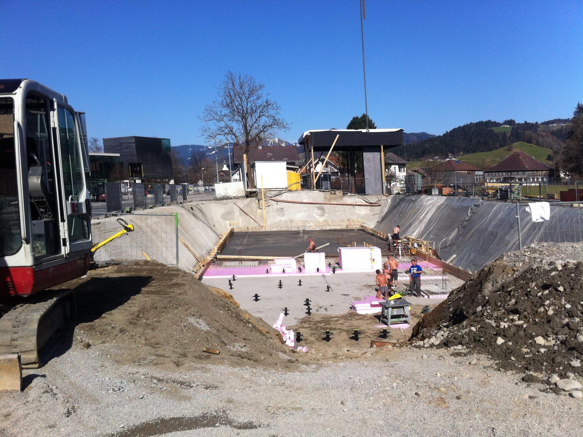Die Bodenplatte des neuen Werkraumhauses wurde betoniert.
