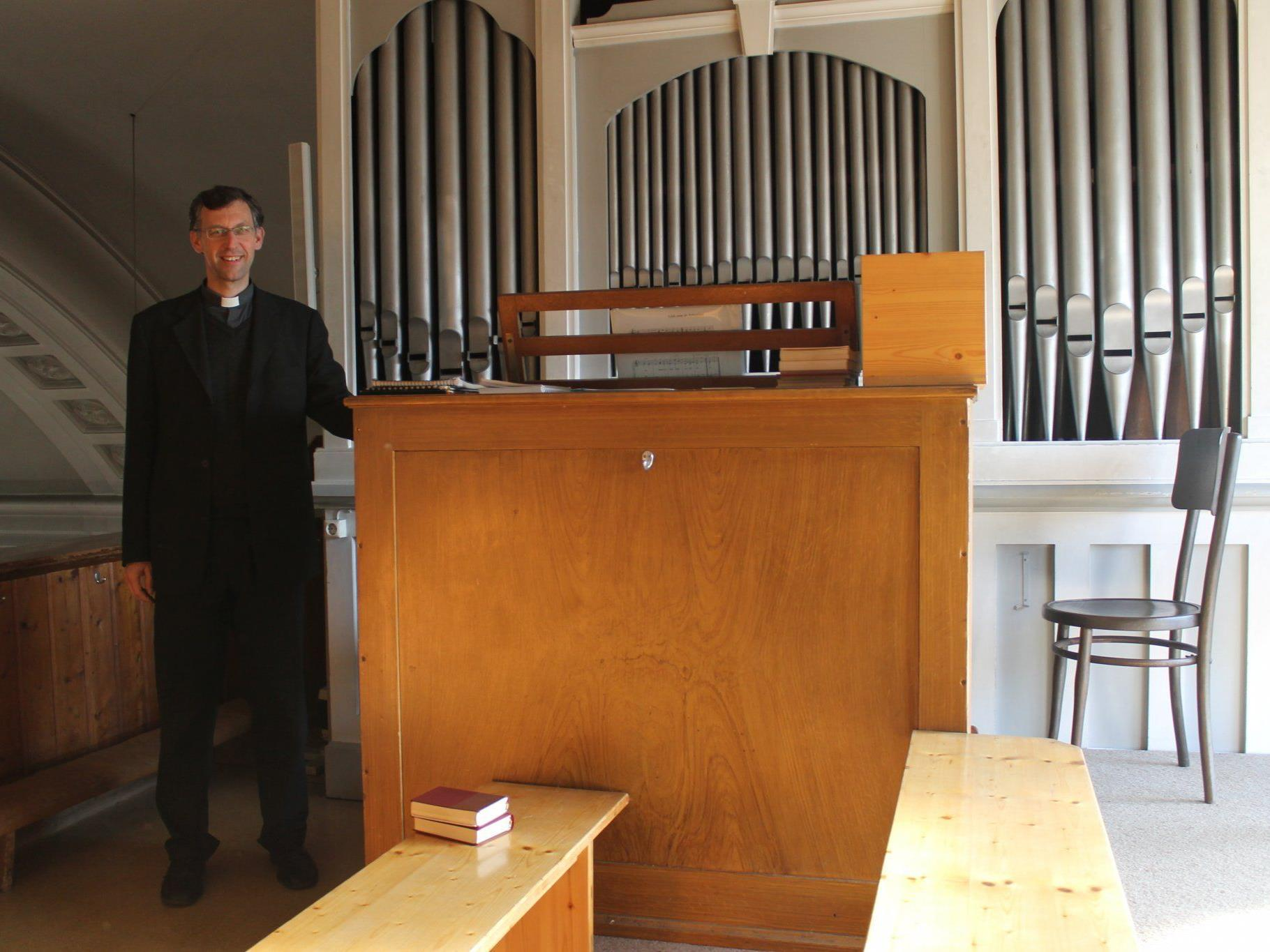 Pater Thomas vor der nicht mehr reparablen Kirchenorgel.