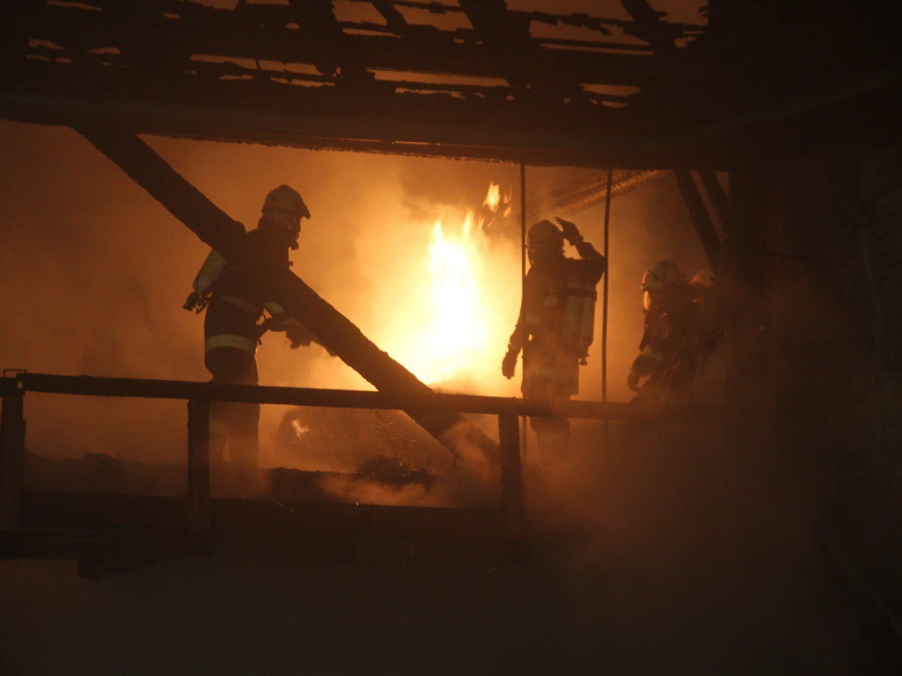 Zehn Feuerwehren waren bei dem Brand in Krenglbach im Einsatz.