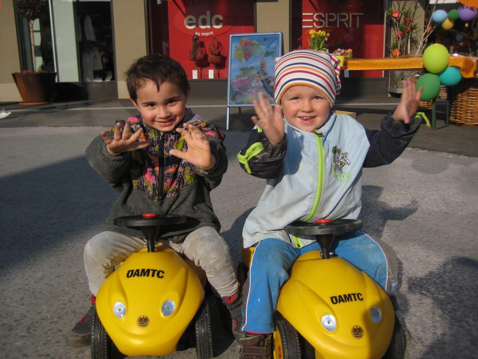 Raphael und Jason drehten auf den Bobbycars einige Runden.
