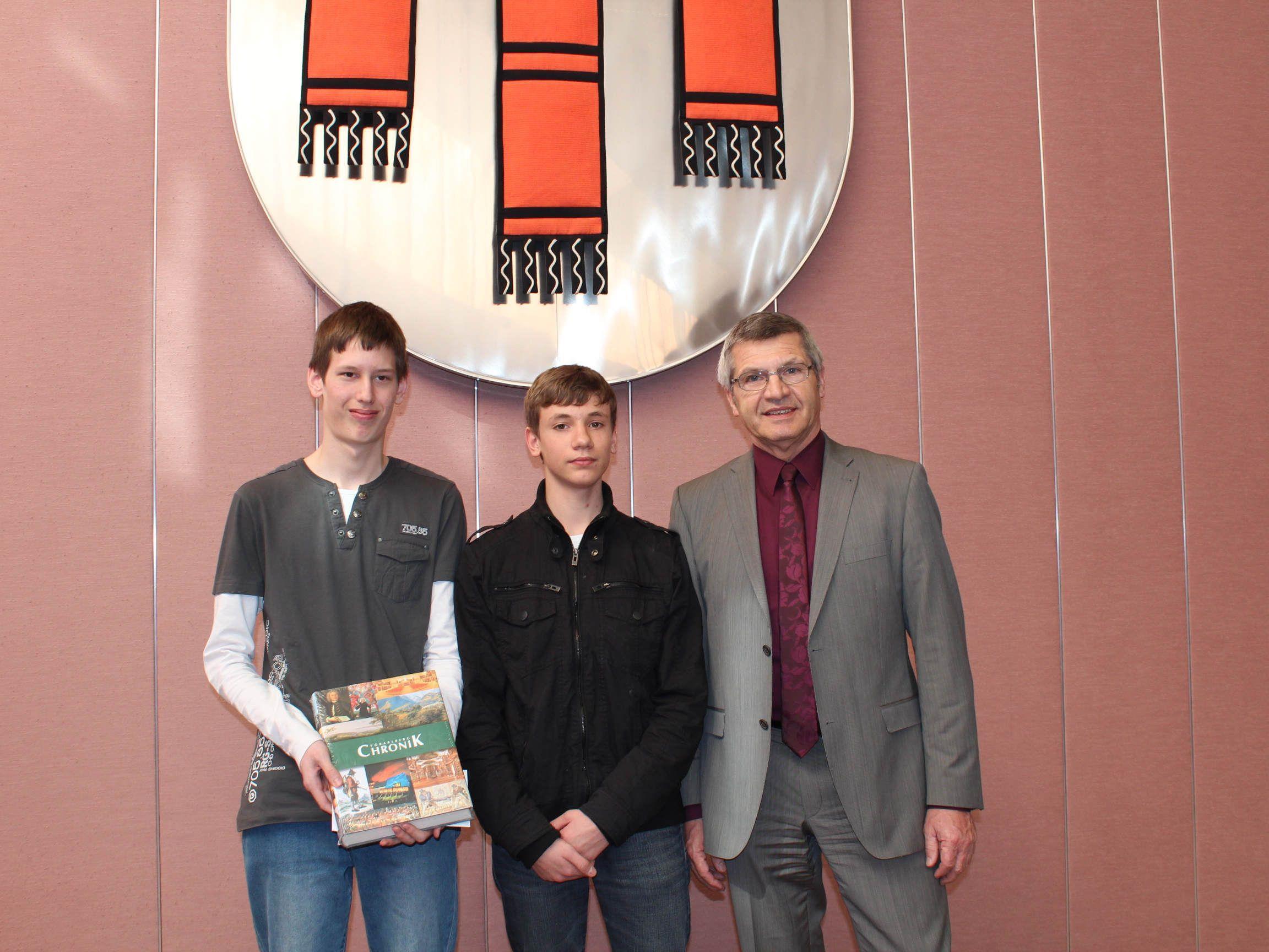 Landessieger Lukas Muxel, der Zweitplatzierte David Meusburger und LR Siegi Stemer.