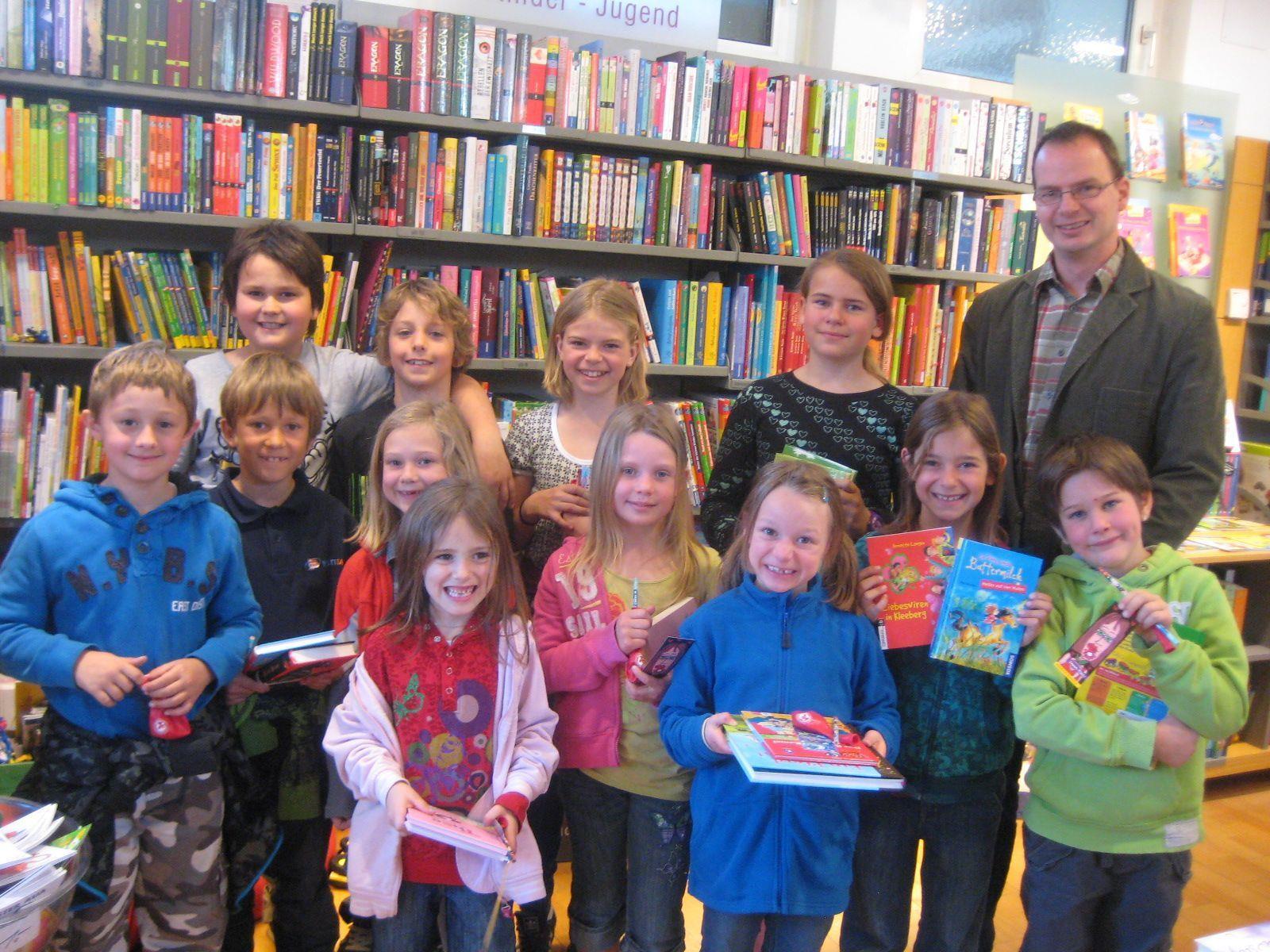 Die Volksschüler hatten mit Direktor Daniel Amann eine grosse Freude, sich ein Buch auszusuchen.