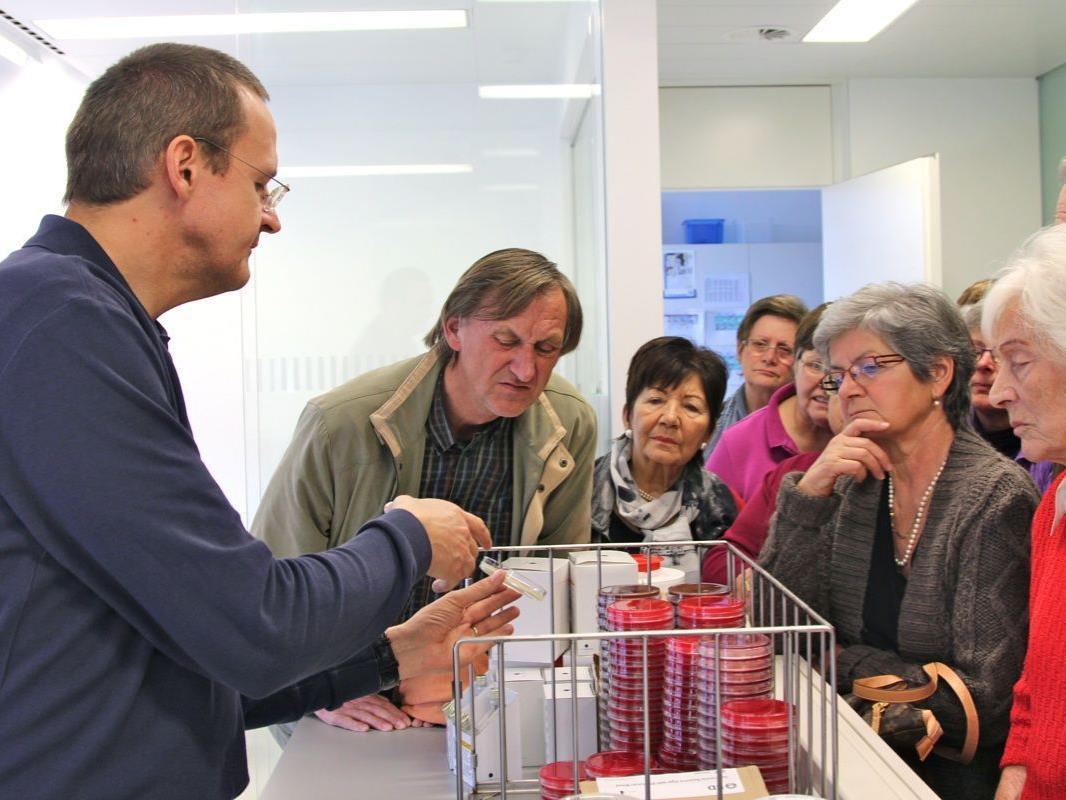 Primar Dr. Felix Offner erklärte geduldig die Zusammenhänge in der Abteilung Bakteriologie