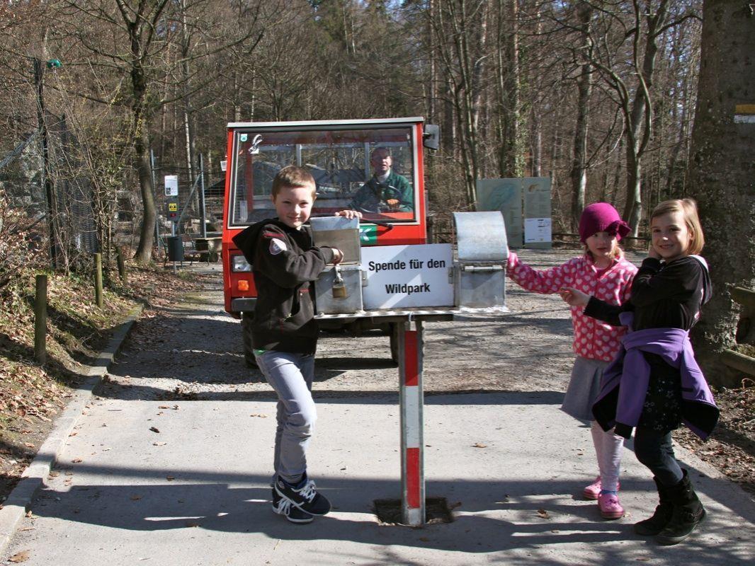 Der Eintritt in den Wildpark ist gratis, Noah, Medea und Emma geben gerne eine Spende