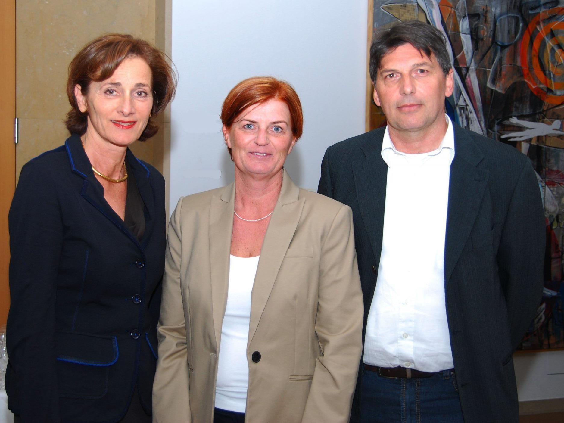 LTP Bernadette Mennel mit den beiden Historikern Cornelia Albertani uind Walter Zirker.