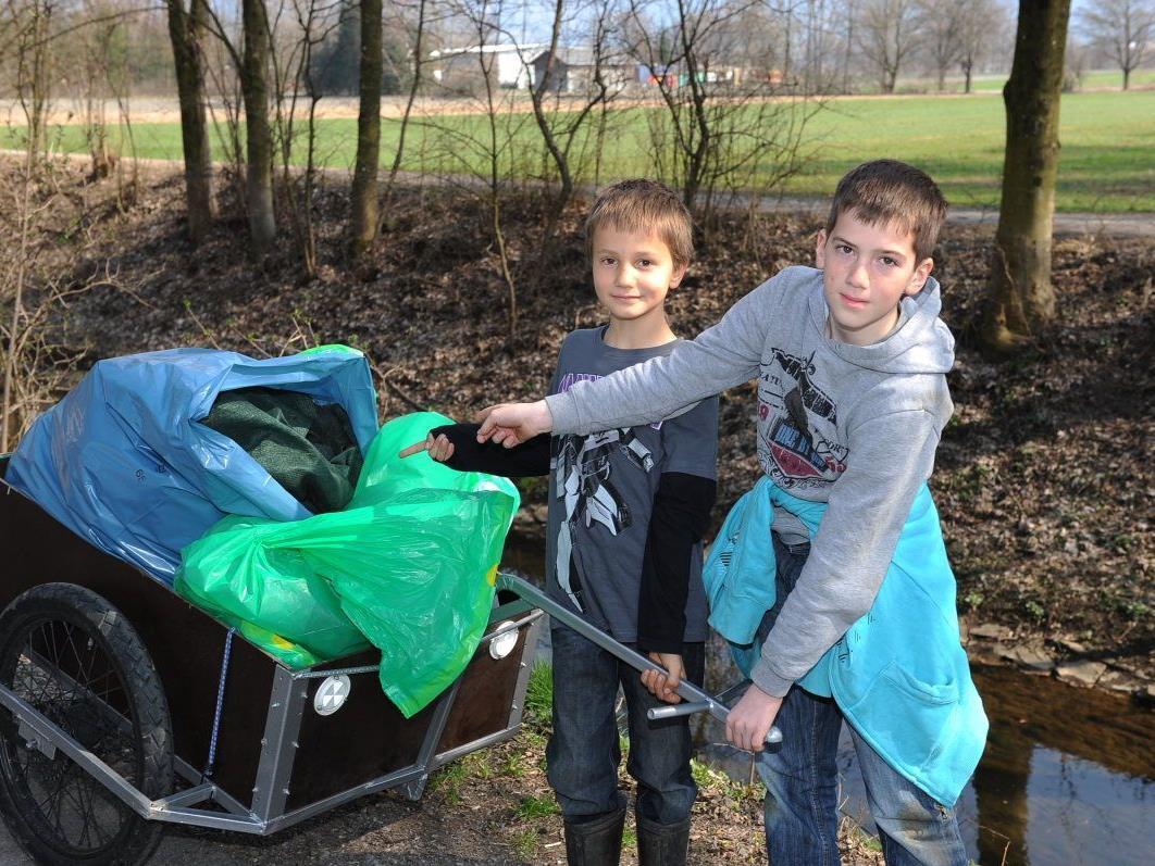 Auf jede Menge Müll an den Gewässern stießen diese beiden fleißigen Müllsammler.