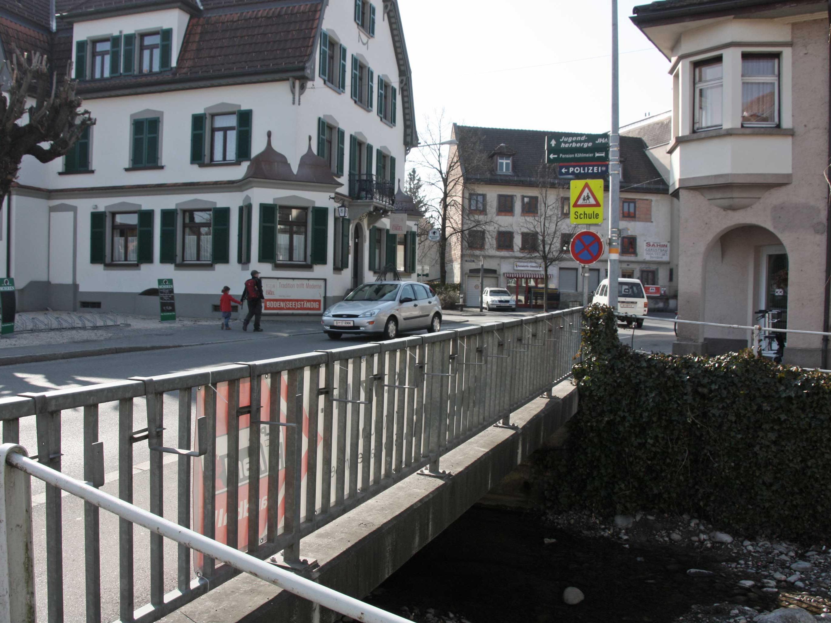 Die Landstraße in Hard nimmt ihren Verlauf von der Dorfbachbrücke beginnend bis zur Rheinstraße.